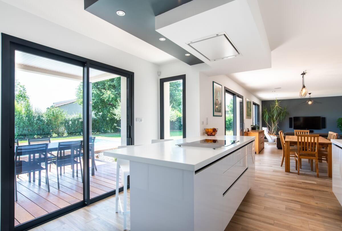 Maison contemporaine toulouse - cuisine avec ilôt central