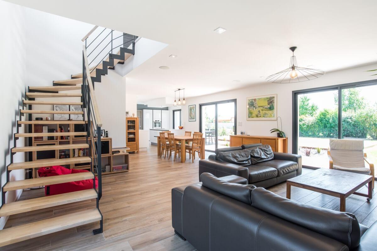Maison contemporaine toulouse - escalier métal et bois intérieur