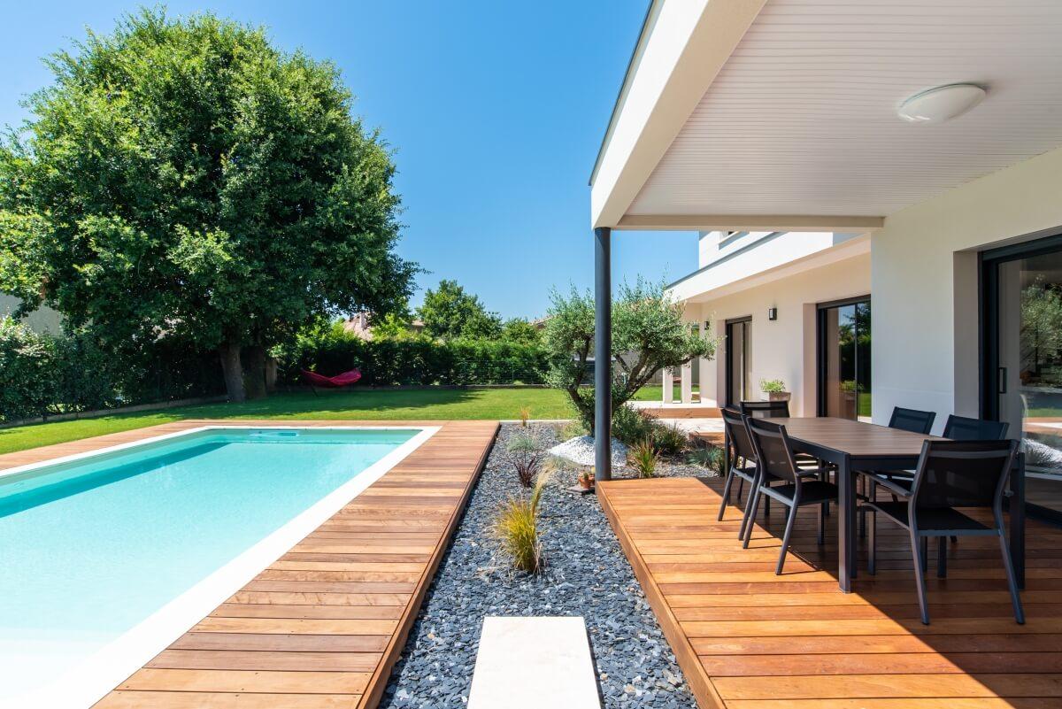 Maison contemporaine toulouse - terrasse couverte bois et piscine