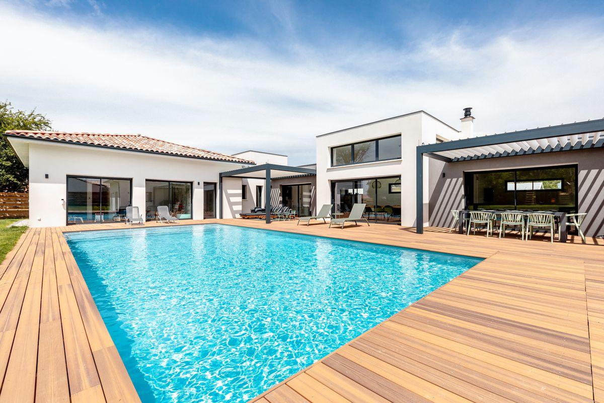Maison individuelle toulouse-piscine-terrasse bois-pergola bioclimatique-maison contemporaine