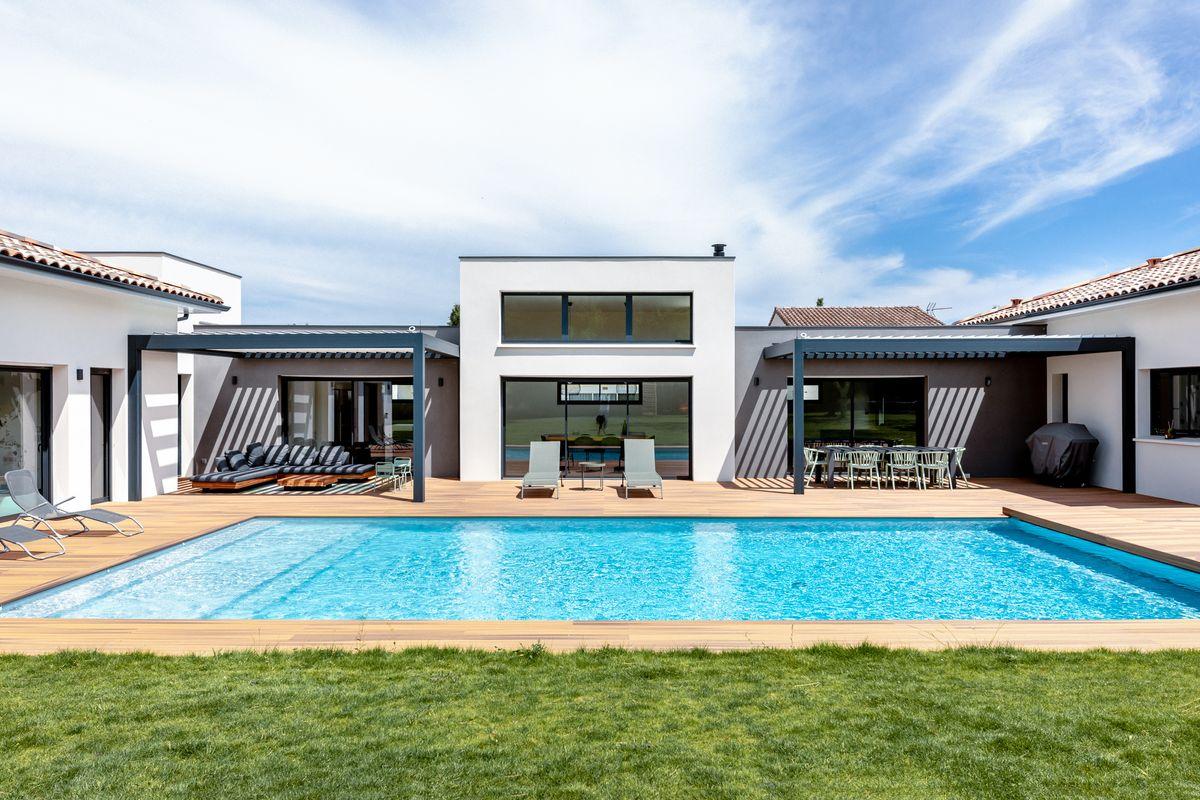 Maison individuelle toulouse-piscine-terrasse bois-pergola bioclimatique