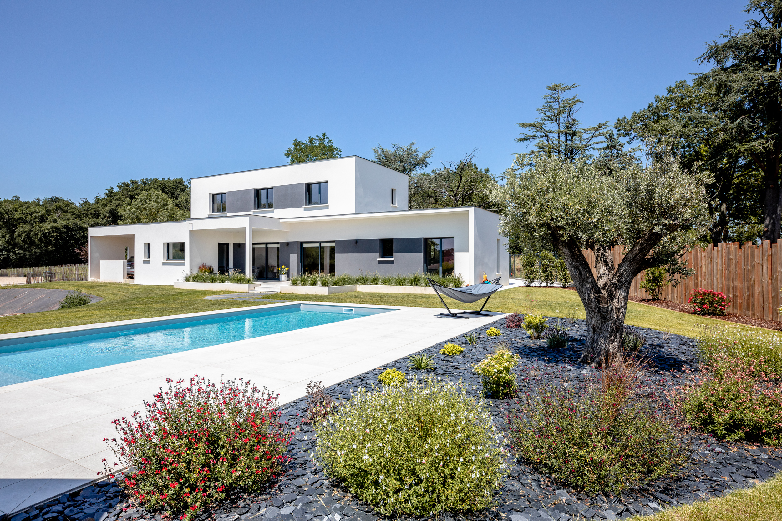 constructeur maison contemporaine toulouse avec piscine et jardin paysagé